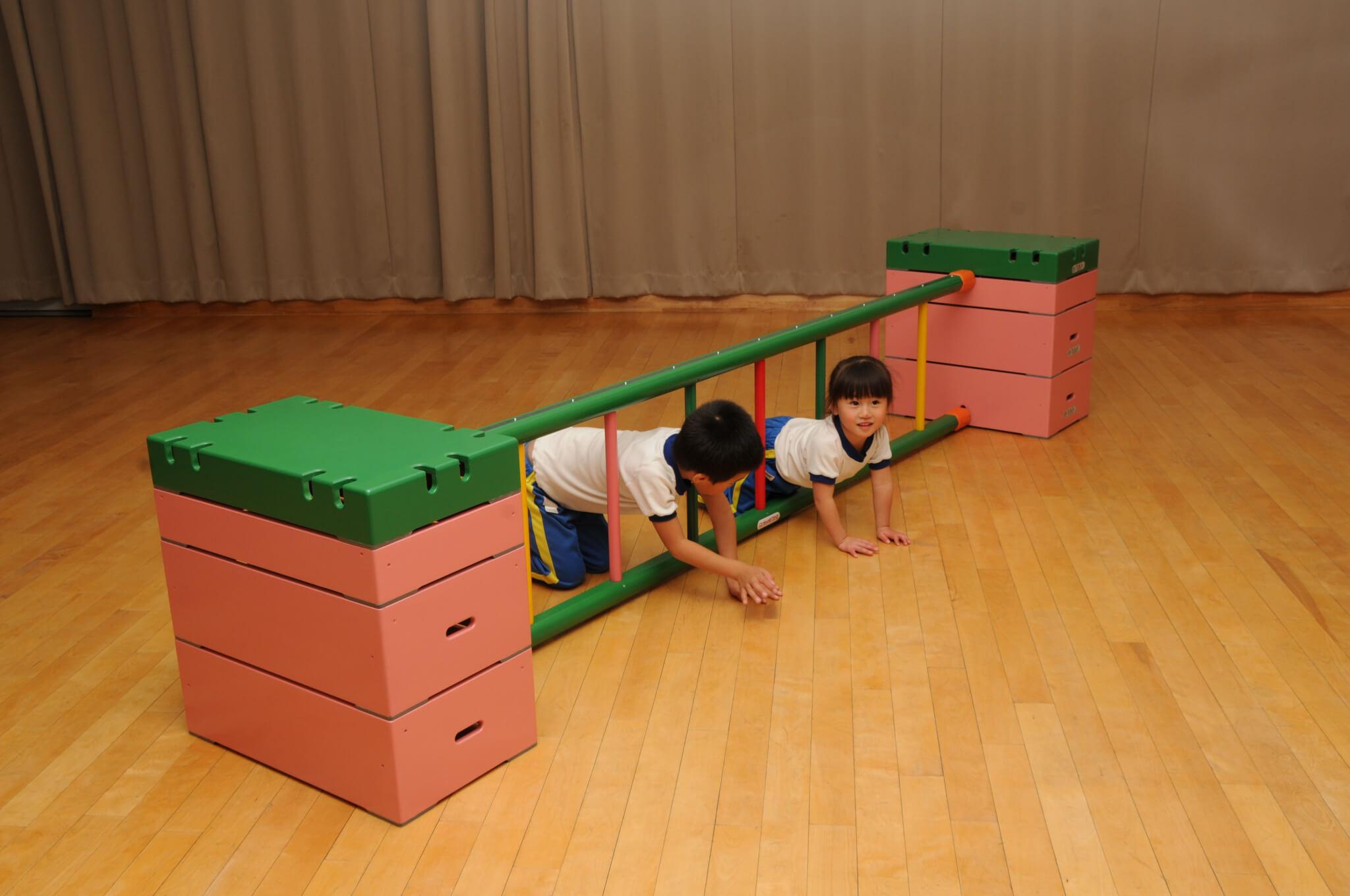 子どもがはしごをくぐる画像