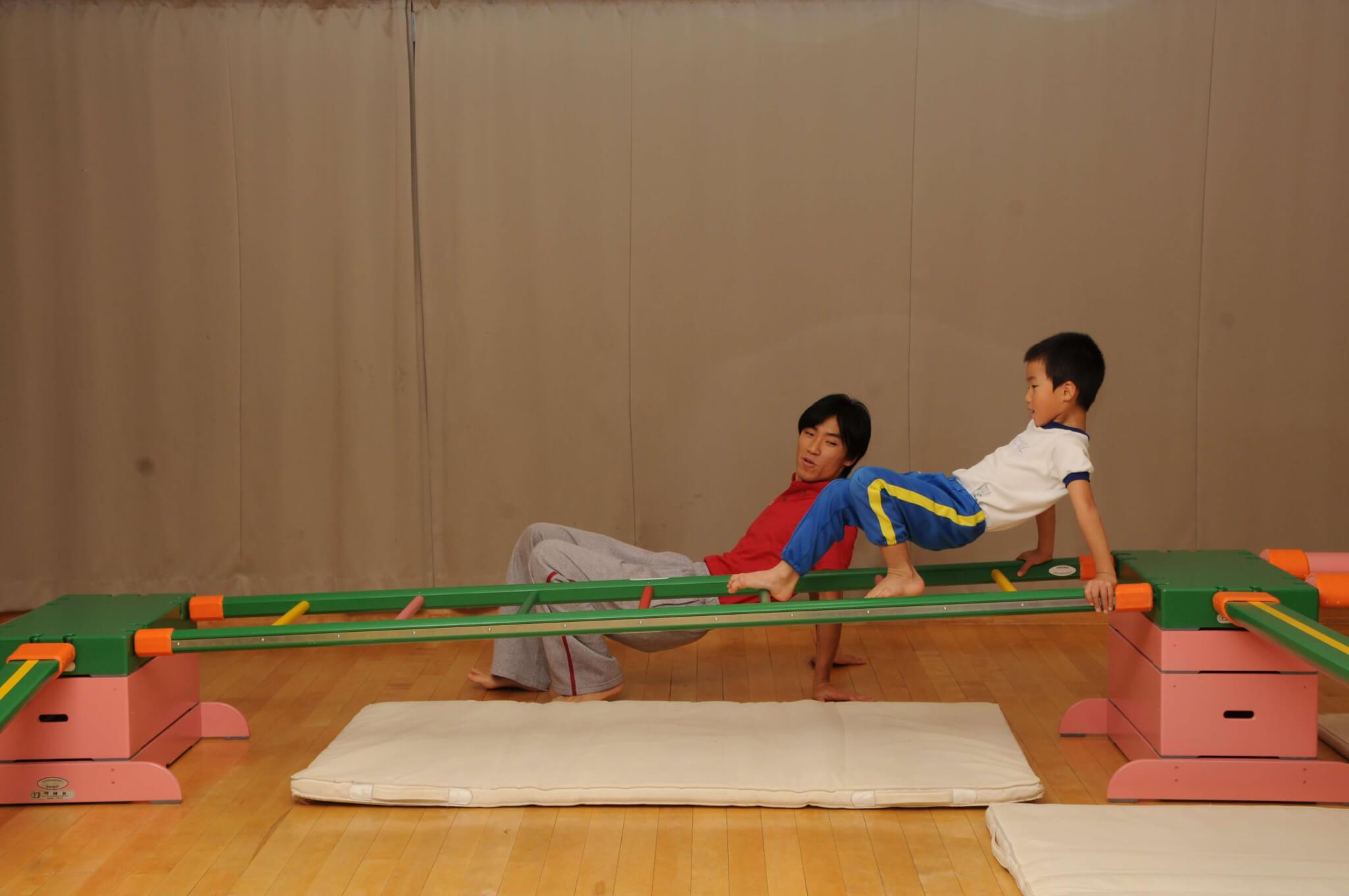 子どもがくもになりきってはしごを渡る運動遊び