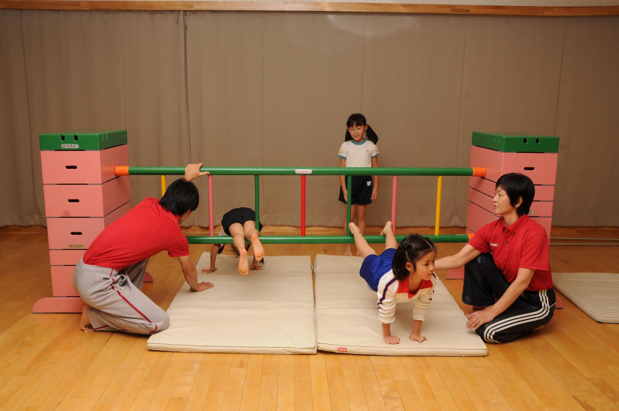 子どもがはしごをくぐる画像2
